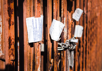 Walls and fences are old, rusty and electric bill. And feel terrible