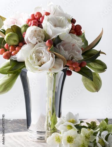 blumenstrauss in silberner vase stockfotos und lizenzfreie bilder auf bild 173017740. Black Bedroom Furniture Sets. Home Design Ideas