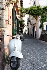 Papiers peints Scooter Vue d'un scooter emblématique Italien dans une ruelle, Ischia, golfe de Naples, région de Campanie, Italie