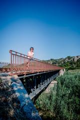 Femme sur le pont du chemin de fer au dessus de l'Agly