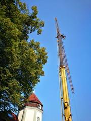 Gelber Baukran neben einer denkmalgeschützten Villa in Oerlinghausen im Teutoburger Wald in Ostwestfalen-Lippe