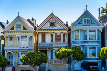 Fototapeten San Francisco Beautiful view of Painted Ladies, colorful Victorian houses located near scenic Alamo Square in a row, on a summer day with blue sky, San Francisco, California, USA