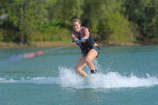 women waterskiing