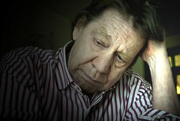 Uomo anziano, tristezza, solitudine, depressione