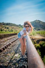 Femme sur le pont du chemin de fer au dessus de la Rivière de Maury