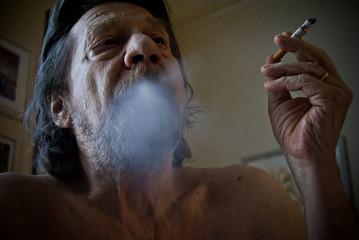 Uomo anziano, tabagismo, nicotina.