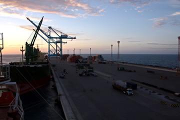 Fotobehang Brug Атлантический океан, порт Pecem, Brazil, виды акватории ,причалов и грузового комплекса
