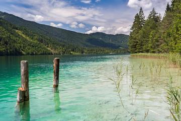 Badesee in Österreich mit smaragdgrünem Wasser