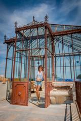 Femme dans l'orangerie du Parc de l'Abbé Saunière
