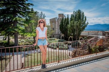 Femme devant les jardins et la tour Magdala du Parc de l'Abbé Saunière