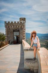 Femme devant la tour Magdala du Parc de l'Abbé Saunière