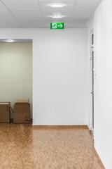 Schild Fluchtweg in Büroraum