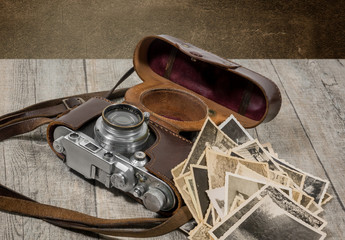 alter antiker fotoapparat mit photografien