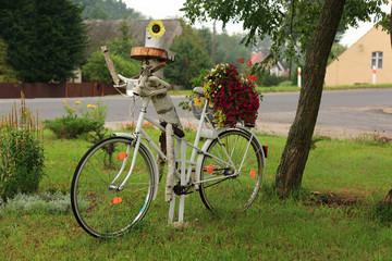 Kwietnik z roweru, postać człowieka.