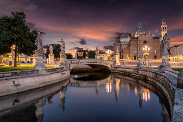 Das Prato della Valle mit Blick auf die Basilica of St. Giustina bei Sonnenuntergang in Padova, Italien Fototapete