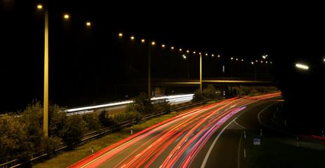 Autobahn bei Nacht Langzeitaufnahme mit Lichtstreifen