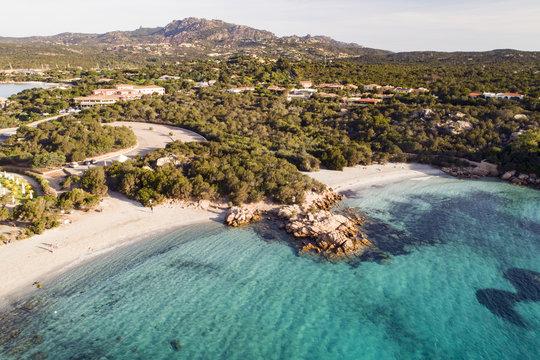 spettacolare vista aerea della spiaggia di Capriccioli in costa Smeralda in Sardegna. Mare sole e tanto verde, il paradiso terrestre.