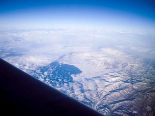 飛行機から見下ろす冬の猪苗代湖と磐梯山
