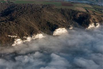 Vue aérienne de falaises dans la brume près des Andelys dans l'Eure en France