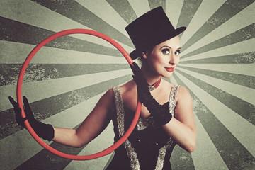 femme cirque vintage avec cerceau