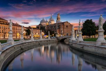 Kanal am Prato della Valle Platz bei Sonnenuntergang in Padova, Italien Fototapete