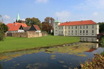 Wassergraben am Schloss Herten mit Fachwerk Ensemble