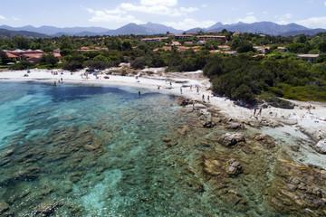 Ripresa aerea di una spiaggia di San Teodoro in Sardegna. Mare azzurro e trasparente