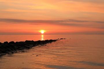 Buhne an der Ostsee im malerischen Morgenrot bei Sonnenaufgang