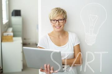 motivierte existenzgründerin in ihrem büro