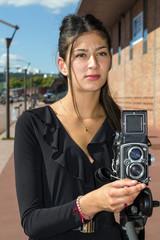 Femme en train de photographier avec un moyen format