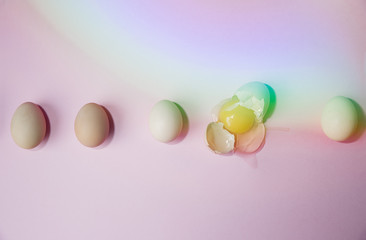 5 eggs in a line, one is broken