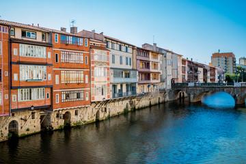 Immeubles sur les bords de la rivière l'Agout à Castres