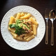 Pasta mit Avocado und Walnüssen