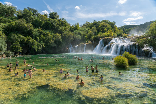 Ansicht aus dem Nationalpark Krka mit Wasserfall und blauem Himmel