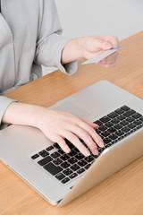 フィンテック、オンライン決済、ノートパソコン、女性、クレジットカード