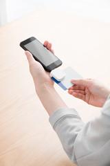 フィンテック、オンライン決済、スマートフォン、女性、モバイル決済