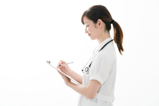 カルテを書く看護師