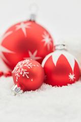 Frohe Weihnachten mit Weihnachtskugel im Schnee