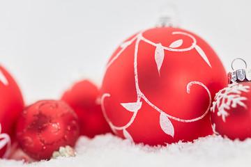 Karte zu Weihnachten mit roter Weihnachtskugel