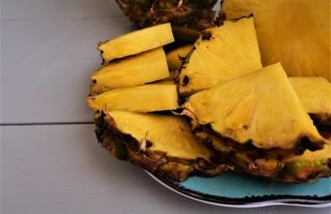 Papiers peints Affiche vintage Pineapple slices on a plate.