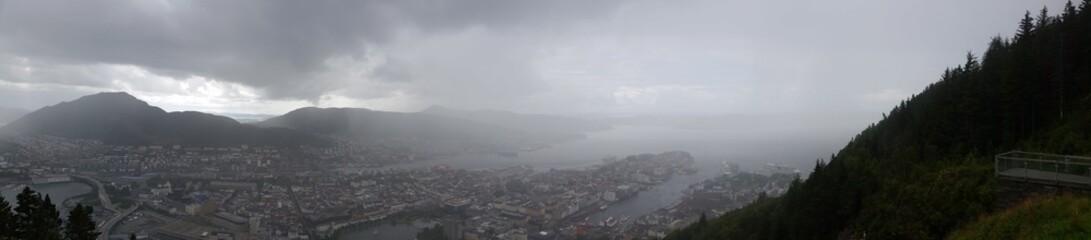 Blick auf Bergen im Regen