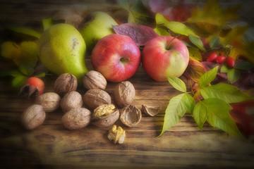 Herbstfrüchte auf Holztisch
