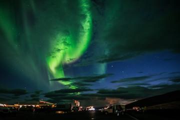 Polarlicht über einem Parkplatz