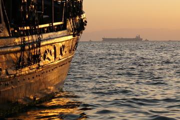Ausflugsschiff und Tanker im Hafen von Thessaloniki