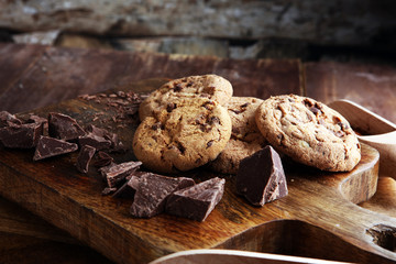 Stores à enrouleur Biscuit Chocolate cookies on wooden table. Chocolate chip cookies shot