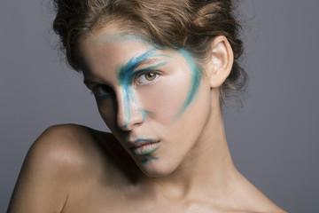 Modella con make-up colorato sul volto