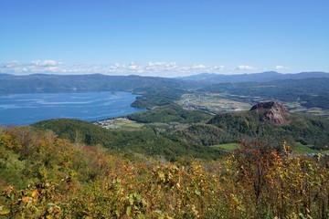 北海道の有珠山頂から見た昭和新山と洞爺湖