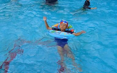 プールで遊ぶ子ども 少年 浮き輪 水中眼鏡 楽しい 泳ぐ 喜び 夏 夏休み