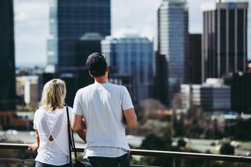 風景を見つめる男女カップル