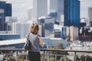 風景を見つめる女性
